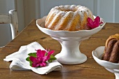 A plain cake dusted with icing sugar