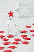 Weihnachtsdekoration mit Ausstechförmchen und roten Filzsternen