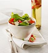 Feldsalat mit Erdbeer-Spargel-Essig angerichtet