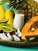 Tropische Früchte auf einem Tablett