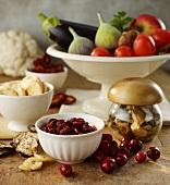 Stillleben mit Trockenfrüchten und -gemüse