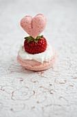 Rosen-Macaron mit Sahne und frischer Erdbeere und herzförmige Erdbeer-Macaron