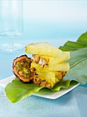 Gestapelte Ananasstücke neben Passionsfrucht