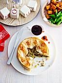 Pikanter Pistazien-Cashew-Kuchen mit Cranberrysauce