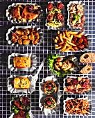 Verschiedene Fast Food Gerichte in Pappschälchen