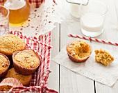 Herbstliche Butternusskürbis-Apfel-Walnuss-Muffins, Milch und Strohhalme