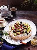 Pavlova mit Himbeeren, Kirschen und Kiwi zum Tee