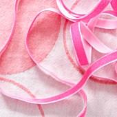Pinkfarbene Bänder auf Flanell