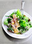 Bunter Salat mit Räucheraal und Essblüten