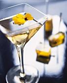 Yellow Martini mit gelben Stiefmütterchen