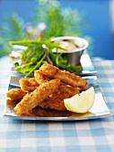 Fischstäbchen mit Zitrone und Rucola