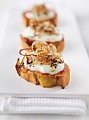 Crostini cipolla e mozzarella (toasted slices of bread topped with mozzarella and onion)