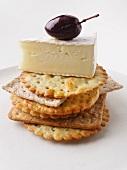 Crackers mit Brie und Olive