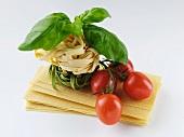 Stillleben mit Lasagneblättern, Tomaten, Tagliatelle und Basilikum