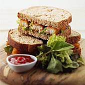 Fischstäbchen-Sandwiches mit Ketchup