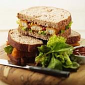 Fischstäbchen-Sandwich mit Salat und Chutney