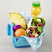 Lunchbox mit Wraps, Orange, Ananas, Biscuit und Orangensaft