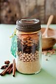 Couscous, Kichererbsen, Rosinen, Mandeln und getrocknete Aprikosen in ein Schraubglas geschichtet