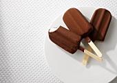 Drei Stieleis mit Schokoladenglasur