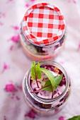 Salatzutaten im Glas geschichtet