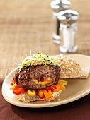 Burger mit gefülltem Bratling und Paprika