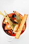 Cioppino (Fischsuppe mit Muscheln, Garnelen und Heilbutt)