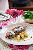 Fried mackerel à la normande with steamed apples