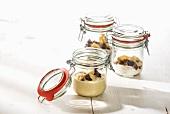 Couscos mit Trockenfrüchten (zubereitet und trockene Zutaten) in Gläsern