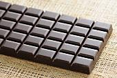 Eine Tafel dunkle Schokolade
