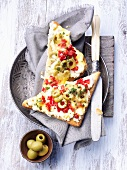 Toast mit Oliven und Tomatenpaprika