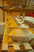 Backformen mit Brotteig auf einem Regal