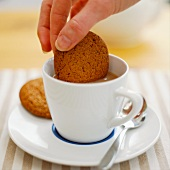 Keks in Tee eintunken