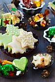 Kleine Backformen als Schalen für Kekse, Schokolade und weihnachtliche Süßigkeiten