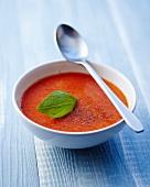 Tomaten-Gazpacho mit Basilikumblatt