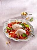 Erdbeermousse auf Erdbeeren mit Karamellmandeln