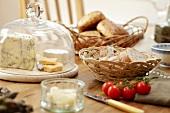 Brotzeit mit Käse, Brot und Tomaten