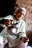 Nordafrikaner schenkt Tee ein