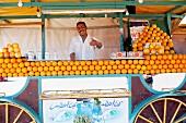 Nordafrikaner verkauft frisch gepressten Orangensaft