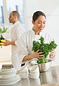 Köchin und Koch bereiten in ihrem Restaurant das Essen vor