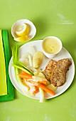 Panierte Schnitzel mit Gemüsebeilage und Zitronensauce