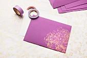 Violetter Umschlag mit goldfarbenem Chinakohl-Abdruck