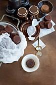 Schokoladenmuffin als Kaffeegebäck (Aufsicht)