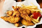 Chicken Nuggets mit Pommes frites und Ketchup