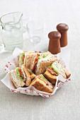 Clubsandwiches im Brotkorb