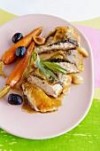 Perlhuhn unter der Haut gefüllt mit Karotten, Knoblauch & Oliven