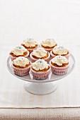 Cupcakes mit Zuckerblüten auf Tortenständer