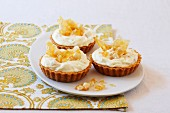 Tartlets with macadamia nuts and lemon brittle