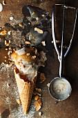 Brown Ale Bier-Eis mit salzigem Karamell und Honig-Erdnüssen
