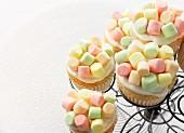 Cupcakes mit bunten Minimarshmallows