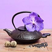 Gusseiserne Teekanne mit lila Orchidee